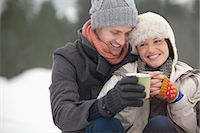 happy-winter-couple-with-mugs